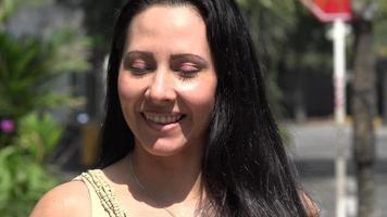 sorridente pedestre feminina urbana