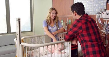 pediatra con la famiglia in ospedale girato su r3d