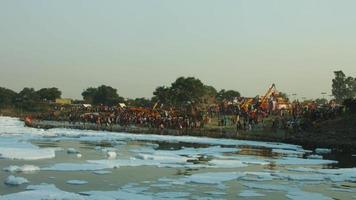 Time lapse shot de personnes au bord de la rivière, rivière Yamuna, Delhi, Inde