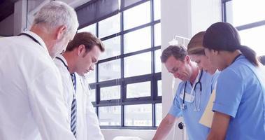 medici intorno a una paziente di sesso femminile
