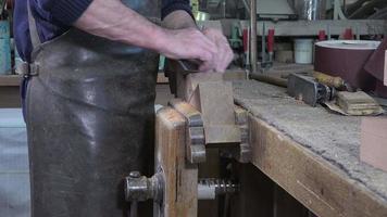 Zimmermann arbeitet in seiner Werkstatt
