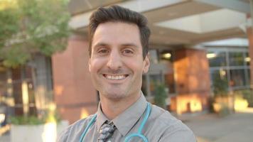 Porträt des außerhalb des Krankenhauses stehenden Arztes auf r3d erschossen video