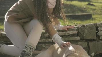 ragazza e il suo cane che giocano in un parco video