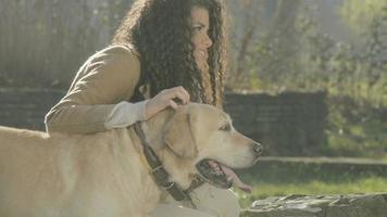 menina e seu cachorro brincando em um parque