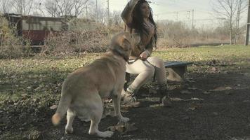 fille et son chien jouant dans un parc