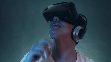 jovem sorridente usando fone de ouvido vr e experimentando realidade virtual video