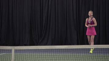 donna che gioca a tennis video