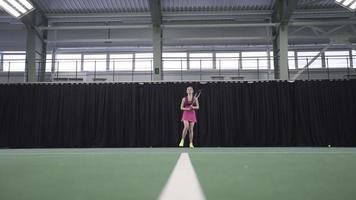 donna che gioca a tennis