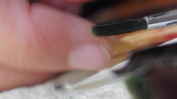 joven artista creando obras de arte en su atelier video