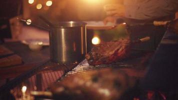 Foto de chef preparando bistec sobre una tabla de cortar