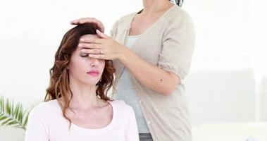 mulher calma, recebendo tratamento de reiki video