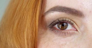 vrouw bruine ogen video