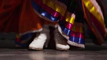 piedi di una donna che balla video