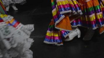 piedi di donna che balla tradizionale video