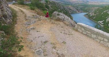 mulher meditando no lindo rio zrmanja, croácia