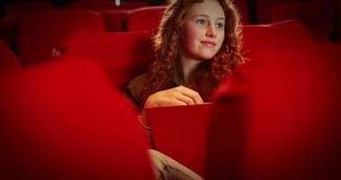 mujer joven viendo una pelicula video