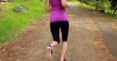mujer corriendo en el bosque