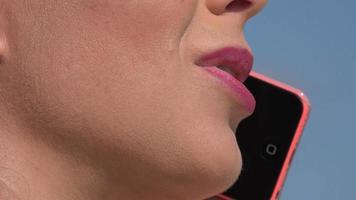 donna che parla al cellulare video