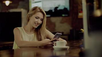 donna che manda un sms al bar video