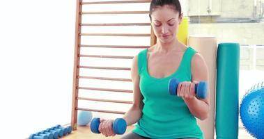 mujer joven haciendo ejercicio con pesas video