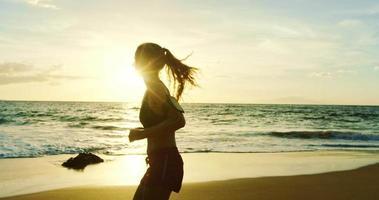 giovane donna in esecuzione sulla spiaggia