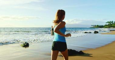 jovem correndo na praia video