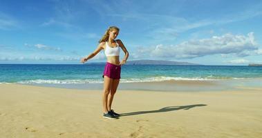 jeune femme, courant, plage