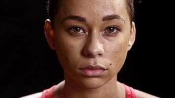 mulher negra suada parecendo séria