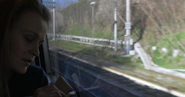 mulher fazendo desenhos durante uma viagem de trem video