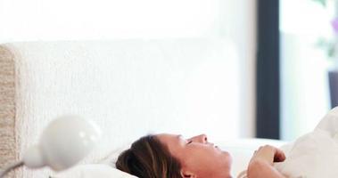 linda mulher adormecida em sua cama video