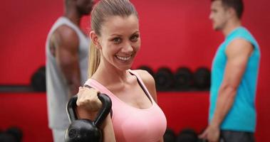 donna che tiene kettlebell in palestra palestra video