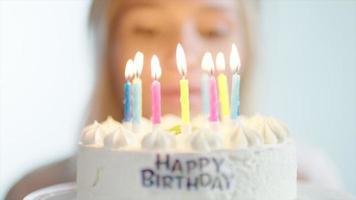 jeune femme et son gâteau d'anniversaire