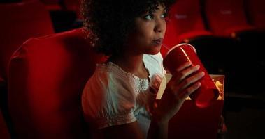 Absorta joven viendo una película video