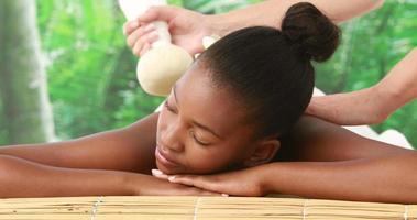donna che gode di un massaggio impacco alle erbe
