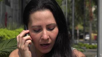 wütende Frau, die am Handy spricht