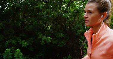 donna fare jogging mentre si ascolta la musica