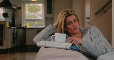 mulher de meia-idade pensativa sentada, sonhando acordada video
