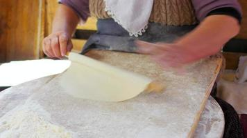 Mujer preparando comida tradicional, gozleme, safranbolu, turquía