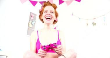 jovem jogando videogame na cama video