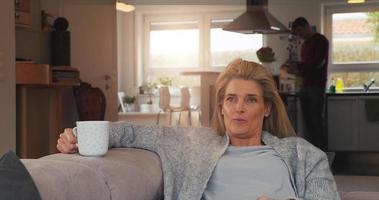 mulher atraente fazendo uma pausa em casa video