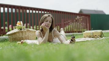 mulher tirando selfie deitada na grama
