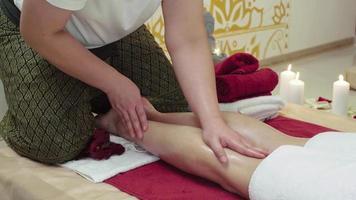 especialista em massagem fazendo massagem nos pés da mulher
