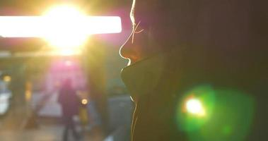 Frau, die im Sonnenlicht am Telefon spricht
