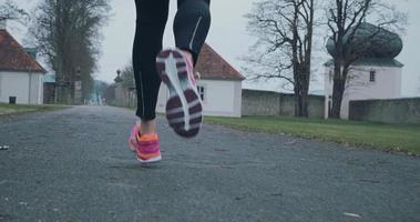 fit gesunde Frau im Winter joggen video