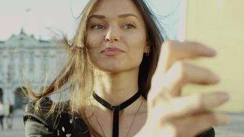 Porträt einer Touristenfrau, die selfie nimmt video