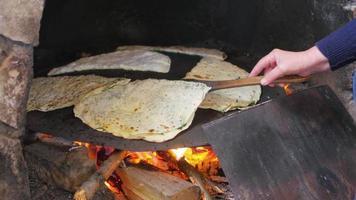 mulher preparando comida tradicional, gozleme, safranbolu, peru video