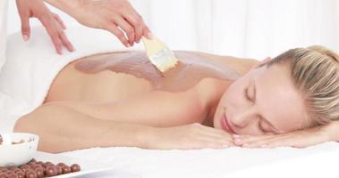 mujer recibiendo un tratamiento de belleza en la espalda video