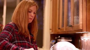 een vrouw die spaghetti maakt voor het avondeten in de keuken