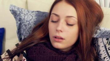 donna malata a letto soffiando il naso nel fazzoletto di carta