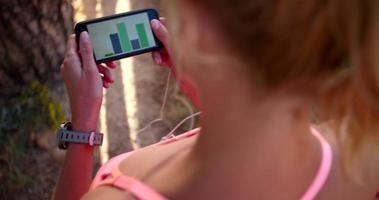 Läuferin mit einer Fitness-App auf einem Smartphone